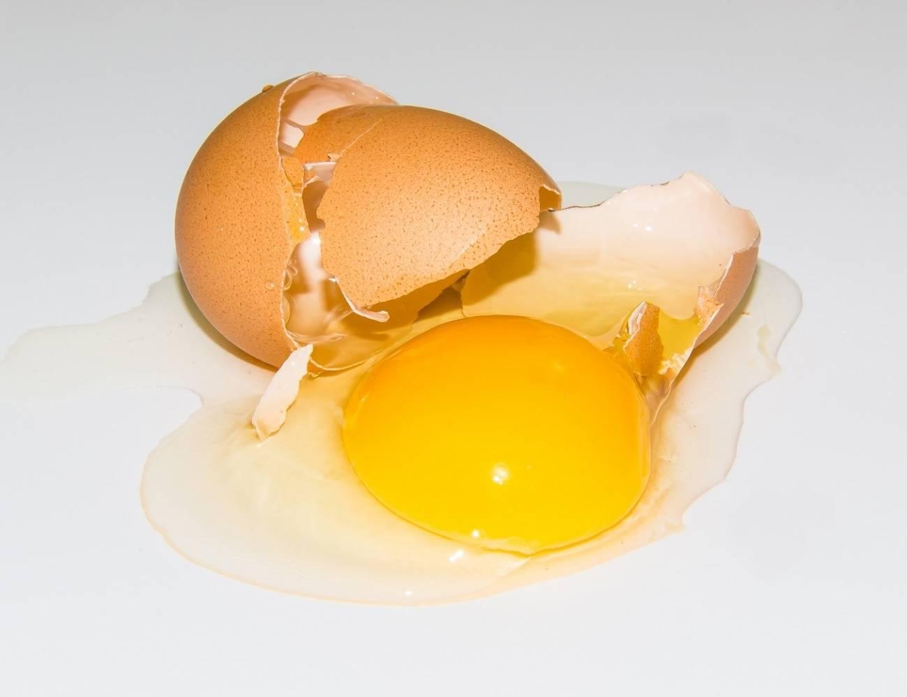 Картинка разбиваем яйцо