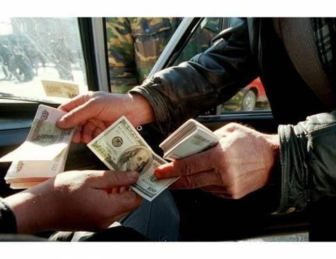 Пенсионер пытался обменять 100-долларовую фальшивку