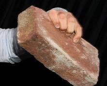 В Саранске ревнивец избил соперника кирпичом