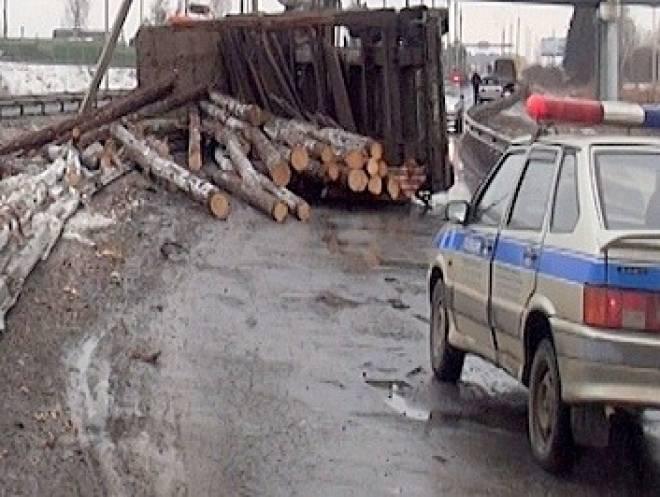 Выпавшие из трактора бревна стали причиной массового ДТП в Мордовии