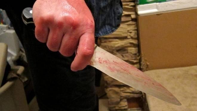 Истекающий кровью житель Саранска чудом спасся от вооруженного ножом отца