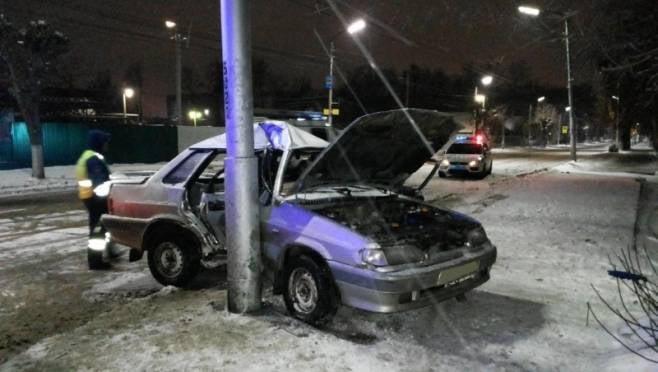 Водитель «ВАЗ-2115» в Мордовии протаранил столб рядом с жилым домом, есть пострадавший