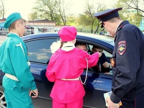 В Саранске школьники помогли полицейским раздать георгиевские ленточки