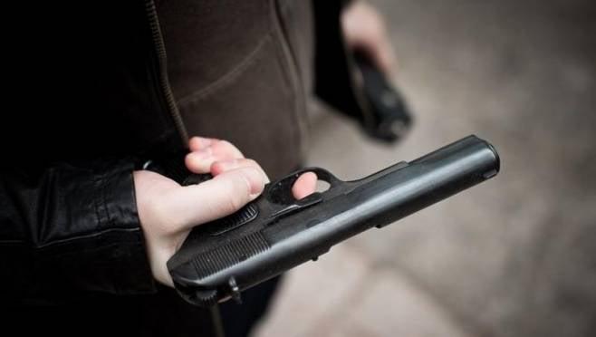Пьяный житель Саранска с балкона обстрелял автоледи и её супруга