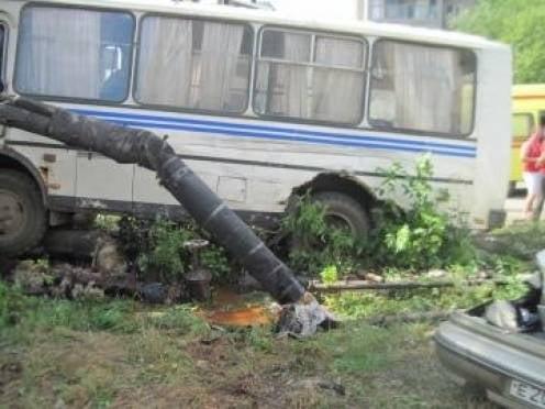 В Рузаевке три стоящих автомобиля не смогли остановить пассажирский ПАЗ