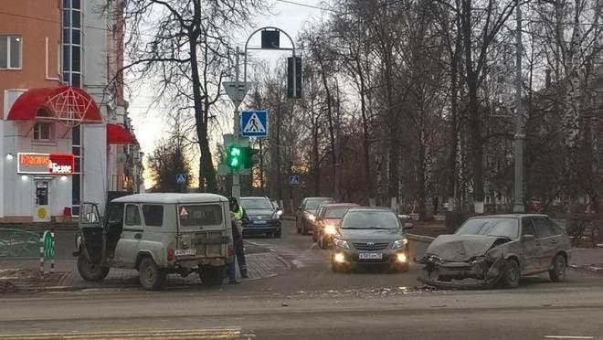 В центре Саранска легковушка «вытолкнула» внедорожник на тротуар