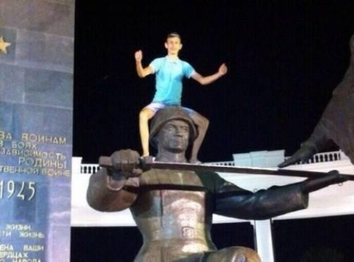 Саранского подростка накажут за дерзкое фото на памятнике