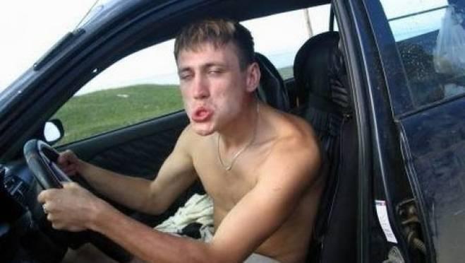 Пьяного угонщика в Мордовии поймали, когда он пытался заправить машину