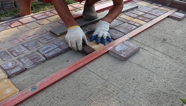 С набережной в Саранске мужчина похитил тротуарную плитку и поехал украшать свой дом