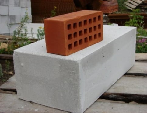 Из чего построить дом: газобетон или кирпич