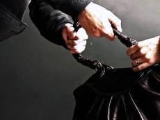 В Николаевке на остановке ограбили женщину