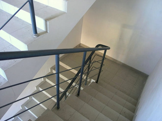 Директор саранской школы предстал перед судом за падение девочки с лестницы