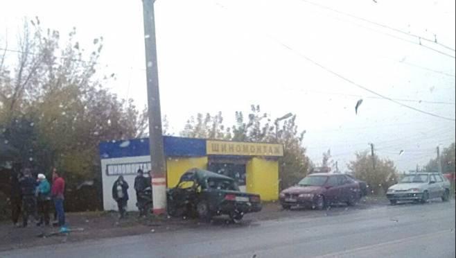 Очевидцы: в Саранске легковушка влетела в железобетонный столб