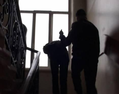 Жителя Саранска избили и ограбили в собственном подъезде