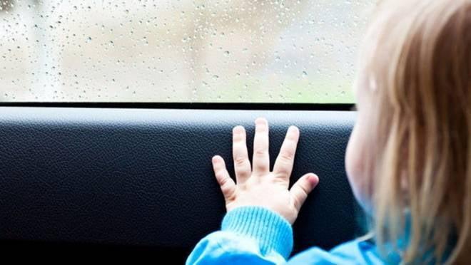 В России запретили оставлять детей одних в машине