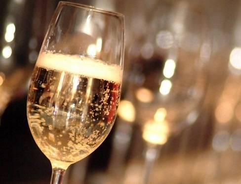 В России хотят установить минимальные цены на шампанское