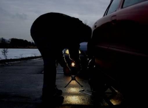 В Мордовии пьяный фермер сбил двух парней, менявших колесо на дороге