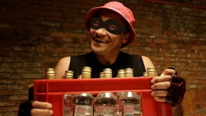 Сотрудник саранского магазина не смог устоять перед ящиком спиртного