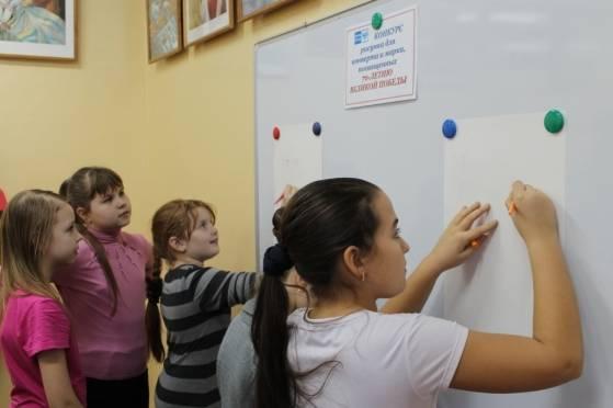Саранские школьники рисуют марку в честь Великой Победы