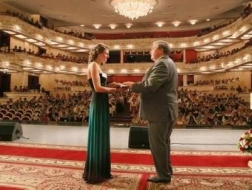 Владимир Волков вручил выпускникам-отличникам именные часы