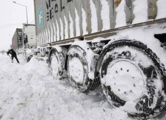 В Мордовии из-за снегопада на трассе со стороны Нижнего Новгорода образовалась пробка из фур