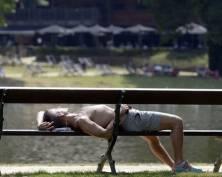 В Саранске уснувший на лавочке парень лишился крупной наличности