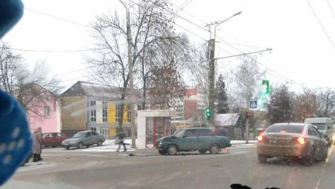 В Саранске автоледи на иномарке врезалась в «семерку», есть пострадавший