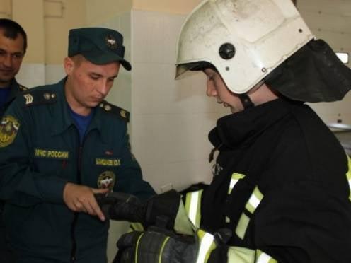 Немецкие школьники примерили экипировку пожарных из Мордовии