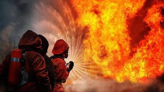 Ночной пожар в Саранске уничтожил «Ford Focus» и повредил 3-квартирный дом