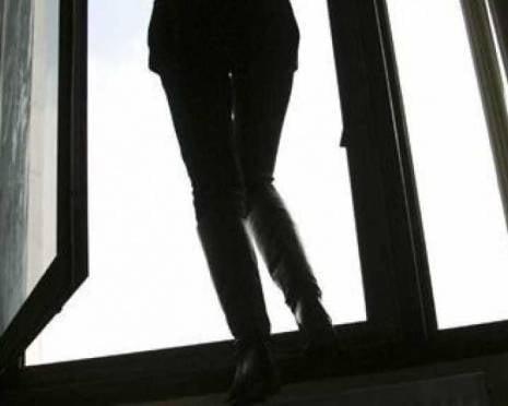 На Химмаше молодая женщина выпрыгнула из окна многоэтажки