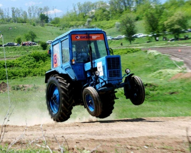 В Мордовии водитель опрокинул трактор и бросил пассажира