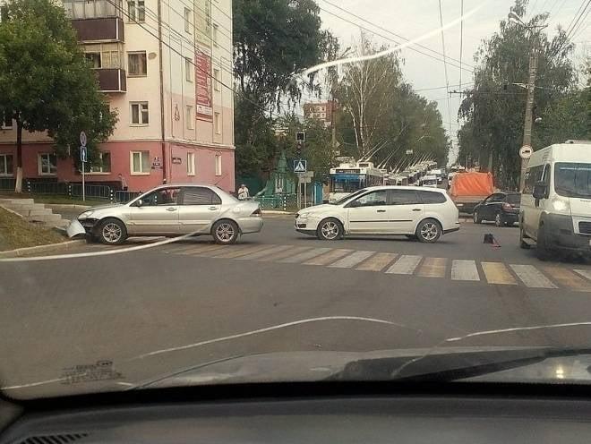 В Саранске столкнулись два автомобиля: одну легковушку отбросило на пешеходов