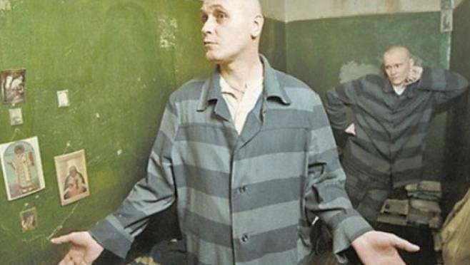 Почти 500 тысяч рублей заплатит сотрудник колонии в Мордовии за дружбу с заключенным