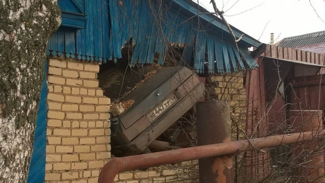 В Саранске легковушка влетела в частный дом, погиб 1 человек