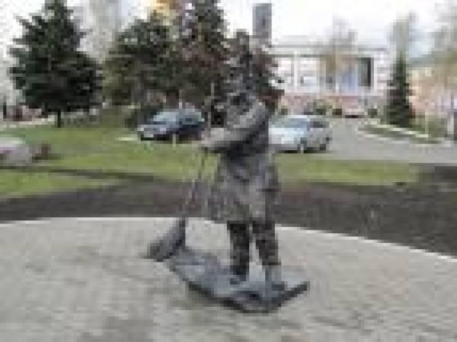 В Саранске появился памятник дворнику