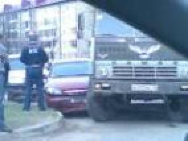 """В Саранске КамАЗ наехал на """"Шевроле"""""""