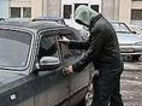 В Саранске злоумышленники пытались «разуть» машину с сидящим в ней автовладельцем